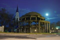 均等沃罗涅日圆形建筑和教会对传道者弗拉基米尔在晚上 免版税库存照片