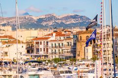 坎布里尔斯,西班牙- 2017年9月16日:口岸和museu d ` Hist ` ria de坎布里尔斯- Torre del Port看法  特写镜头 免版税库存图片