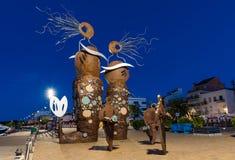 坎布里尔斯,西班牙- 2017年9月16日:城市和现代雕塑的堤防的看法 图库摄影