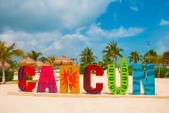 坎昆,墨西哥,在Playa Delfines海滩前面的题字 城市名字的巨大的信件 免版税图库摄影