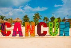 坎昆,墨西哥,在Playa Delfines海滩前面的题字 城市名字的巨大的信件 免版税库存图片