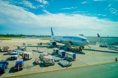 坎昆,墨西哥- 2017年11月12日:在坎昆国际机场跑道的飞机在墨西哥 机场是 免版税库存图片