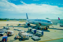 坎昆,墨西哥- 2017年11月12日:在坎昆国际机场跑道的飞机在墨西哥 机场是 库存图片