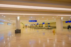 坎昆,墨西哥- 2018年1月10日:坎昆国际机场的行李区域空的里面的室内看法 库存图片