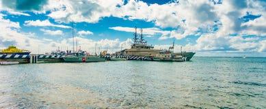 坎昆,墨西哥- 2018年1月10日:小游艇船坞的一些战争小船室外看法Isla Mujeres海岛岸的 免版税库存图片