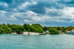 坎昆,墨西哥- 2018年1月10日:小船室外看法凹下去接近Isla Mujeres海岛在加勒比海,  图库摄影