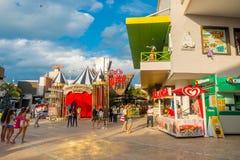 坎昆,墨西哥- 2018年1月10日:户外享受的坎昆` s旅馆区域围拢未认出的人  免版税图库摄影