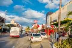 坎昆,墨西哥- 2018年1月10日:户外享受的坎昆` s旅馆区域围拢未认出的人  库存照片