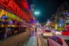 坎昆,墨西哥- 2018年1月10日:户外享有夜生活和拍的照片未认出的人在中心 免版税库存照片