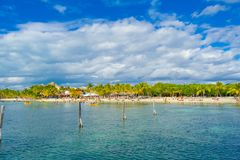 坎昆,墨西哥- 2018年1月10日:游泳在一与干净的美好的加勒比海滩isla mujeres的未认出的人民 免版税库存照片