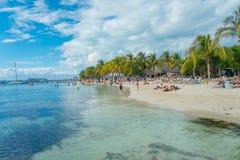 坎昆,墨西哥- 2018年1月10日:游泳在一美好的加勒比海滩isla mujeres的岸的未认出的人民 免版税库存图片