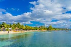 坎昆,墨西哥- 2018年1月10日:游泳在一美好的加勒比海滩isla mujeres的未认出的人民在墨西哥 免版税图库摄影