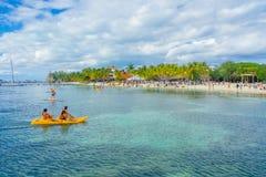 坎昆,墨西哥- 2018年1月10日:用浆划在他们的在一美丽的加勒比海滩isla的kayack的未认出的人民 图库摄影