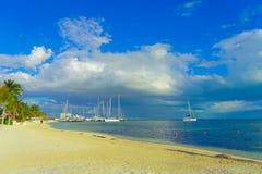 坎昆,墨西哥- 2018年1月10日:白色沙子海滩美好的室外看法加勒比海在坎昆墨西哥与 免版税库存照片