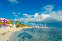 坎昆,墨西哥- 2018年1月10日:白色沙子海滩美好的室外看法加勒比海在坎昆墨西哥与 库存图片