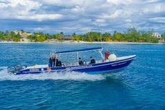 坎昆,墨西哥- 2018年1月10日:航行在蓝色颜色巨大的小船yatch室外视图的未认出的人民和 免版税库存图片