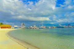 坎昆,墨西哥- 2018年1月10日:许多小船美好的室外看法在一个华美的白色沙子海滩的岸的  免版税库存照片