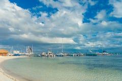 坎昆,墨西哥- 2018年1月10日:许多小船美好的室外看法在一个华美的白色沙子海滩的岸的  图库摄影