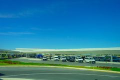 坎昆,墨西哥- 2018年1月10日:许多汽车美好的室外看法在停车场停放了在坎昆输入  免版税库存图片