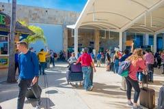 坎昆,墨西哥- 2018年1月10日:走在坎昆国际机场,墨西哥输入的未认出的人民  库存照片