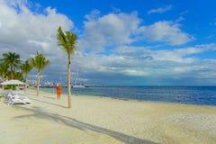 坎昆,墨西哥- 2018年1月10日:走在白色沙子海滩一个美好的室外看法的未认出的人民  库存照片
