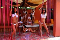 坎昆,墨西哥- 5月05 :外面模型姿势为白色T恤杉项目 库存照片