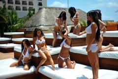 坎昆,墨西哥- 5月05 :外面模型姿势为白色T恤杉项目 免版税库存照片