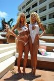 坎昆,墨西哥- 5月05 :模型乐喜Sims (l)和(r) 4月伊芙为白色T恤杉项目摆在外面 图库摄影