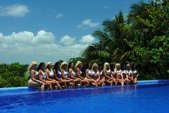 坎昆,墨西哥- 5月05 :模型由水池边缘白色T恤杉项目的摆在 图库摄影