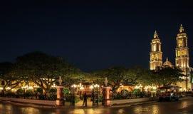 坎比其在夜之前,坎比其,墨西哥方济会大教堂和中央公园  免版税图库摄影