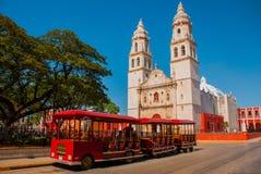 坎比其,墨西哥:独立广场、游人火车和大教堂另一边正方形 旧金山d老镇  免版税库存图片