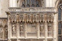 坎特伯雷大教堂与大主教雕象的门面细节倾斜 免版税库存照片
