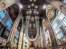 坎特伯雷,英国2018年11月8日:坎特伯雷大教堂内部  中央玻璃枝形吊灯 免版税库存图片