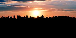 坎皮纳斯, SP -巴西:都市风景的剪影 免版税库存图片