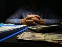 坏信用或发薪日贷款 书桌和金钱的人 库存照片