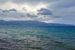 坏多云克里米亚横向海运天空乌克兰天气 克利特希腊 库存图片
