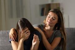 坏妇女是高兴的关于朋友的终止 免版税图库摄影