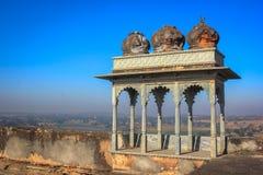 破坏宫殿,与蓝天印度的风景日出 免版税库存照片