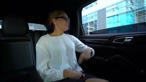 坏服务和小故障懊恼的妇女,在汽车外面的投掷的假手机 股票录像