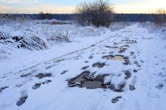 坏泥泞的冬天路 美好的冬天landscape.3d图象 免版税库存照片