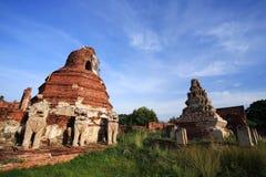 破坏狮子雕象和塔在wat Thammikarat 免版税库存图片