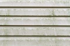坏的乙烯基房屋板壁需要压洗涤物 免版税库存照片