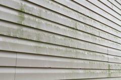 坏的乙烯基房屋板壁需要次幂洗涤物 库存照片