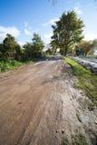 坏的农村路和结构树 免版税库存图片