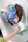 坏的洗衣店堆洗涤的妇女 免版税库存图片