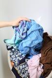 坏的洗衣店堆洗涤的妇女 免版税库存照片