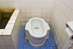 坏的矮小洗手间类型 免版税图库摄影