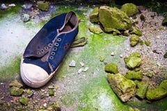 坏的老运动鞋 免版税库存图片
