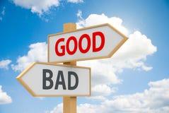 坏的路标好或 免版税库存照片