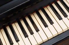 坏的非常淡黄色关键董事会老的钢琴 免版税库存图片